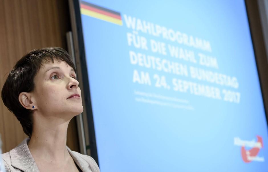 Blick nach oben: die AfD-Vorsitzende Frauke Petry
