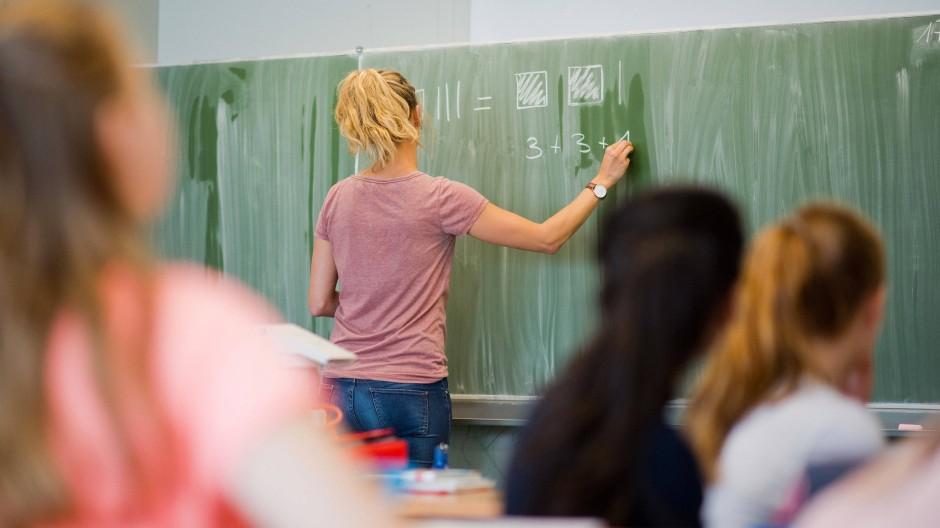 Eine Lehrerin im Matheunterricht in Niedersachsen