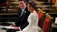 Prinzessin Eugenie trug ein schlichtes, weißes Kleid mit weitem V-förmigem Ausschnitt. Auf dem Kopf hatte sie ein mit Smaragden und Diamanten besetztes Diadem.