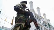 Ein Sicherheitsbeamter bewacht eine Moschee in Colombo – nach dem Anschlag wurden die Sicherheitsvorkehrungen stark verschärft.