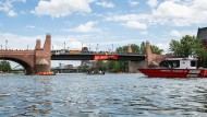 """Blockadepolitik: Aktivisten des Bündnisses """"Seebrücke"""" sperrten vor eineinhalb Wochen den Main."""