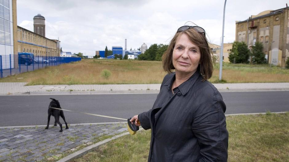 """Oswald Spengler: """"Aber die seit Napoleon ins Riesenhafte wachsende Maschinentechnik Westeuropas mit ihren Fabrikstädten, Eisenbahnen und Dampfschiffen zwang endlich dazu, das Problem ernstlich zu stellen. Was bedeutet Technik?"""" - 2009 besuchte Monika Maron mit ihrem Hund Momo das Gelände der alten Filmfabrik in Wolfen."""