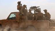 Amerikanische Spezialkräfte sind zu den syrischen Rebellen gekommen um Luftangriffe gegen den IS zu koordinieren.