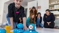 Karl der Kleine: Die Schülerinnen lernen, einen Roboter zu programmieren.