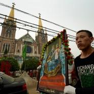 Insel des Katholizismus: Eine Prozession zu Ehren Marias vor der Kathedrale von Donglu in der Provinz Hebei.