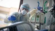 Intensivpfleger Rüdiger Piske arbeitet auf der Intensivstation des Krankenhauses Bethel Berlin an einer an Covid-19 erkrankten Patientin. (Archivbild)