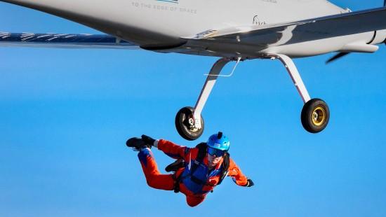 Erster Fallschirmsprung aus Solar-Segler geglückt