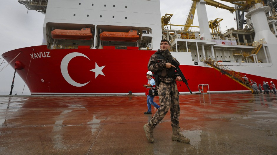 Ein Polizist bewacht ein türkisches Bohrschiff, das vor der Küste Zyperns nach Erdgas bohren soll.
