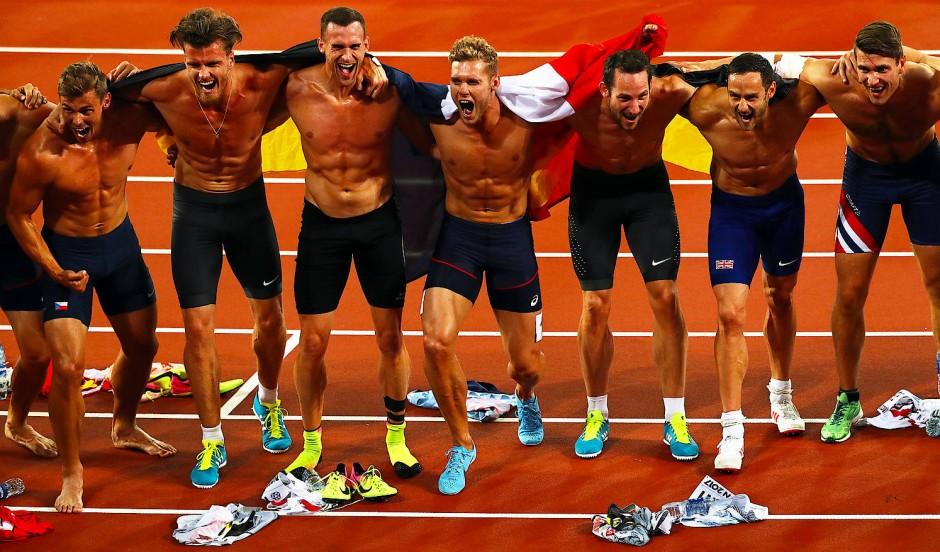 Geschafft: Die Zehnkämpfer posieren für ein Gruppenfoto nach der letzten Disziplin.