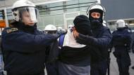 Polizei löst Pegida-Aufmarsch in Köln nach Krawallen auf