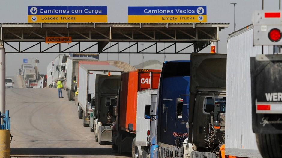 Wann geht es wieder voran? Lastwagen warten an der mexikanischen Grenze, um in die Vereinigten Staaten einzureisen.
