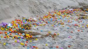 Hunderttausende Spielzeugeier am Strand von Langeoog angespült