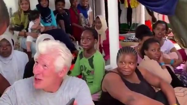 Richard Gere besucht Seenotretter im Mittelmeer