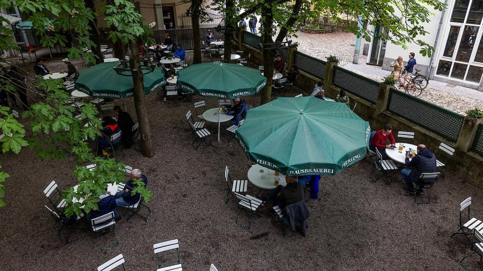Bei einem kühlen Getränk im Biergarten sitzen? In Freiburg geht das inzwischen wieder.