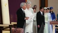 Japans Kaiser Akihito bedankt sich in einer Rede während der Zeremonie seiner Abdankung, neben ihm seine Frau Michiko, Kaiserin von China.