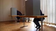 Wahlkabine bei der Landtagswahl in NRW: Was da am Ende rauskommt, kann sich erheblich von den Umfragen unterscheiden.