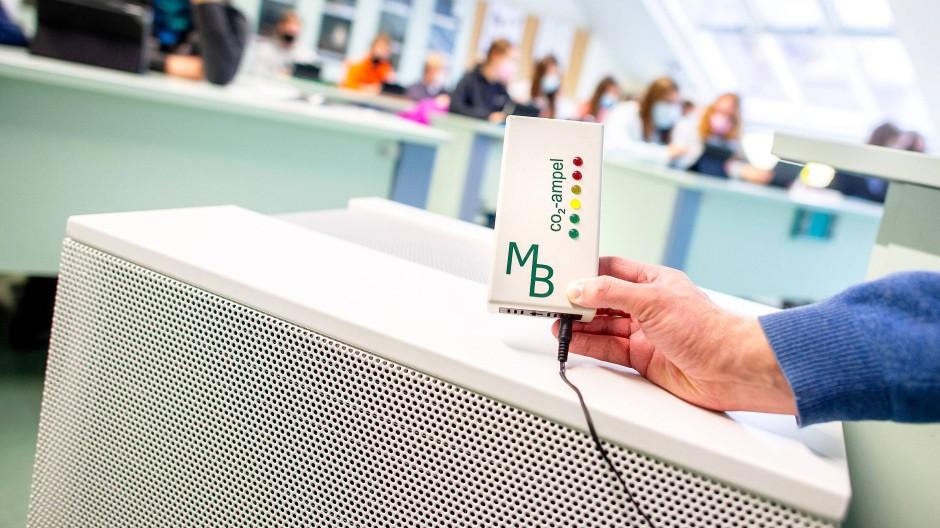 Mobiles Luftfiltergerät in einem Klassenzimmer (Symbolbild)