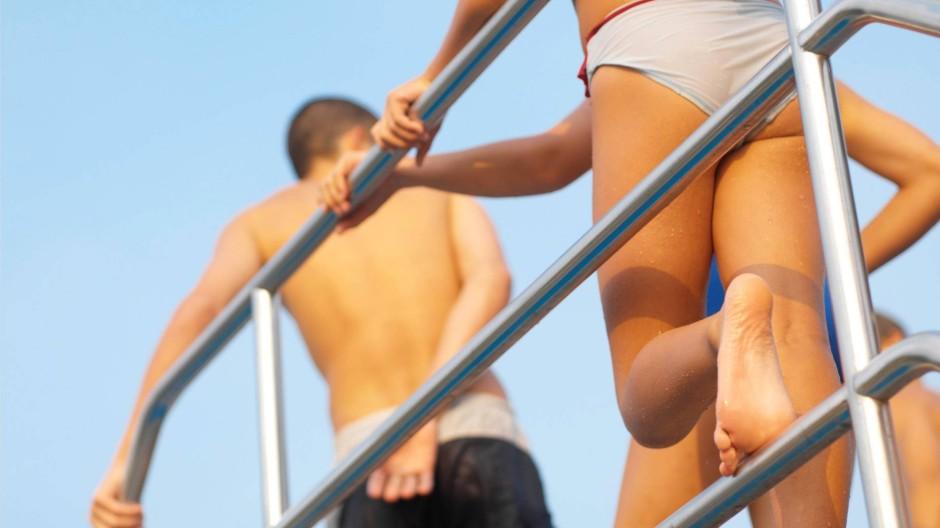 Schwimmbad nackt geschichte im Geschichte: Nackt