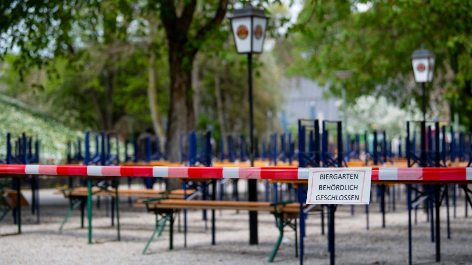 Wieder wie im Frühjahr? Ein geschlossener Biergarten in München im April 2020.