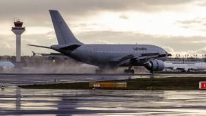 Flugzeug mit China-Rückkehrern in Frankfurt gelandet