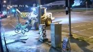 Dieb auf Traktor liefert sich spektakuläre Verfolgungsjagd mit australischer Polizei
