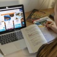 Der digitale Lernraum ist überlastet: Münchner Schülerin blickt auf den Bildschirm.