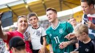 Marco Reus stand nach dem Spiel noch für Selfies bereit.