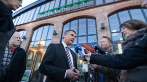Frankfurter Rundschau - Die Traditionszeitung hat einen Insolvenz-Antrag für das gesamte Druck- und Verlagshaus Frankfurt am Main GmbH beim Amtsgericht eingegangen gestellt. Die Mitarbeiter kommen zu einer Belegschaftsversammlung zusammen.