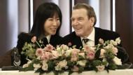 Hallodri-Handeln oder gezieltes Vorgehen? Mit der Koreanerin Soyeon Kim hat Gerhard Schröder angeblich seine fünfte Ehe geschlossen.