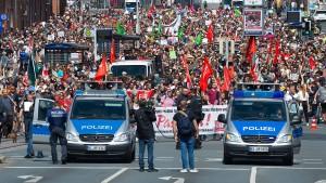 10.000 Menschen protestieren gegen 100 Rechtsextreme