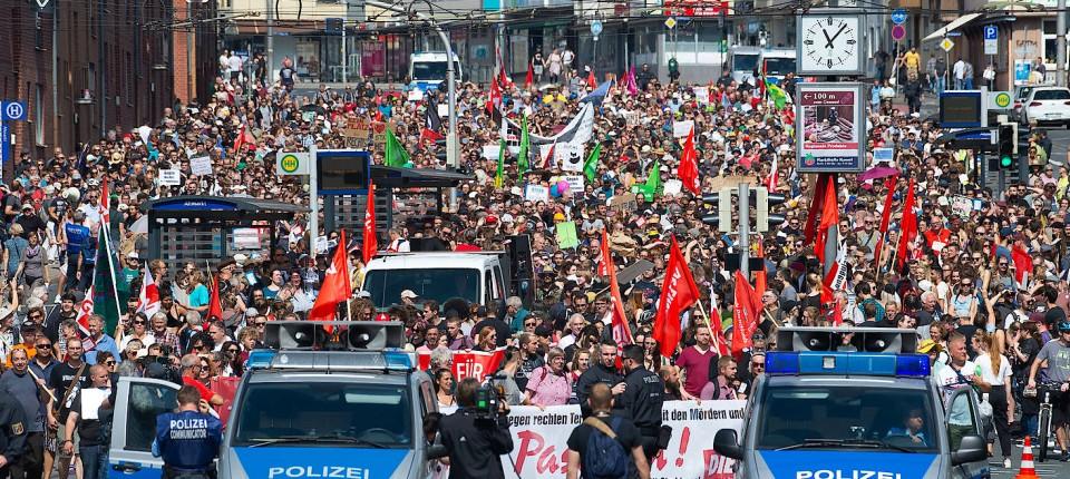 """Teilnehmer einer Gegendemonstration gegen die geplante Demonstration von """"Die Rechte"""" gehen am Samstag mit Plakaten und Flaggen durch Kassel."""