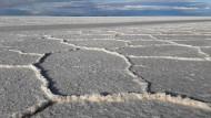 Blick auf den größten Salzsee der Welt, den Salar de Uyuni, im bolivianischen Hochland. Unter der Salzkruste lagern die größten Lithiumreserven der Welt.