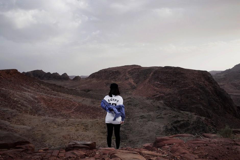Eine koreanische Touristin lässt sich vor einem Panorama fotografieren.