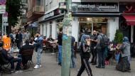Auf der Sonnenallee haben sich Anlaufsstellen für Geflüchtete angesiedelt und diverse arabische Geschäfte, Cafes, Supermärkte und Frisöre.