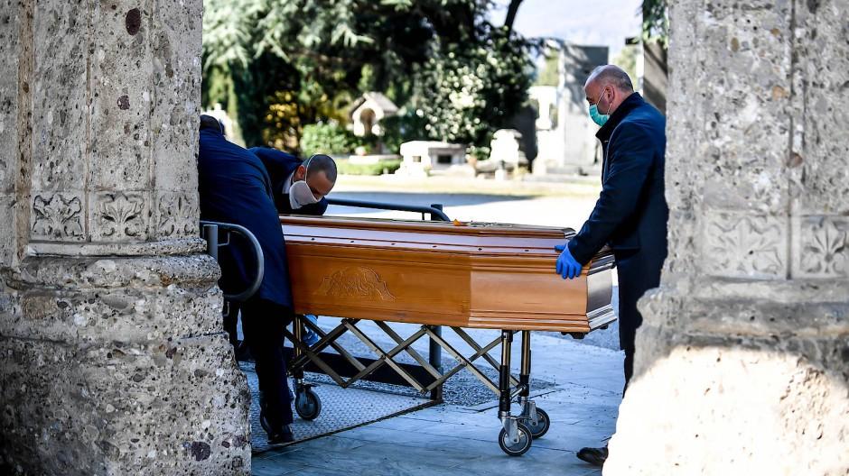 Im italienischen Bergamo erreichte die Übersterblichkeit im internationalen Vergleich am frühesten hohe Werte.