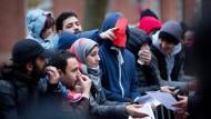 Erst die Registrierung, dann die Zuwendungen vom Staat: Flüchtlinge vor dem LaGeSo in Berlin.