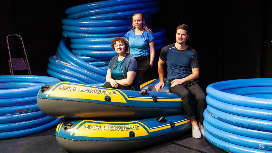 Sie haben ein knallblaues Gummiboot: Gesa Bering, Katharina Speckmann und Kim-Andreas Willems (von links) bilden das Kollektiv Monstra.