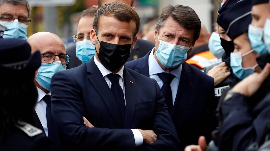 Der französische Präsident Emmanuel Macron und der Bürgermeister von Nizza, Christian Estrosi am Donnerstag nach dem Anschlag vor der Kirche Notre-Dame de l'Assomption.