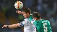 Bielefelds Fabian Klos im Kampf um den Ball mit Branimir Bajic aus Duisburg