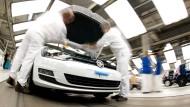 VW-Mitarbeiter bekommen Boni (hier im Werk Wolfsburg).