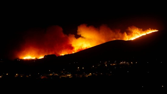 Hunderte Menschen fliehen vor Flammen