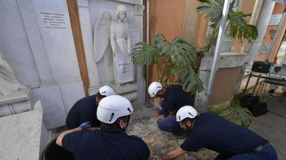 Kriminaltechniker öffnen ein Grab auf dem deutschen Pilgerfriedhof Campo Santo Teutonico im Vatikan.