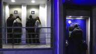 Griechen heben Rekordsumme ab