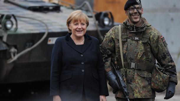 Merkel beobachtet Gefechtsübung der Bundeswehr