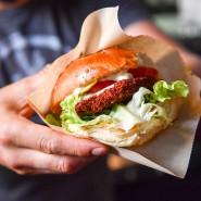 Der vegane Koch und Kochbuchautor Attila Hildmann hält einen Veggieburger in der Hand.