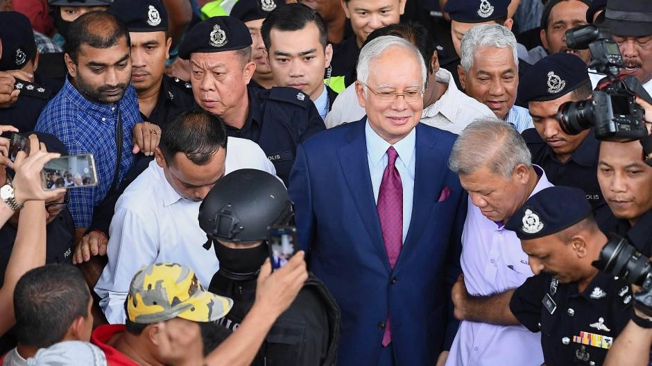 Muss Malaysias Ex-Regierungschef hinter Gitter?