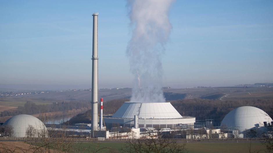 Dampf kommt aus dem Kühlturm von Block 2 des Kernkraftwerks Neckarwestheim, daneben sind Block 1 (links) und Block 2 (rechts) des Atomkraftwerks zu sehen.