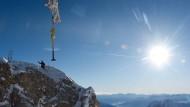 Ein neues Gipfelkreuz für Deutschlands höchsten Berg - die Zugspitze