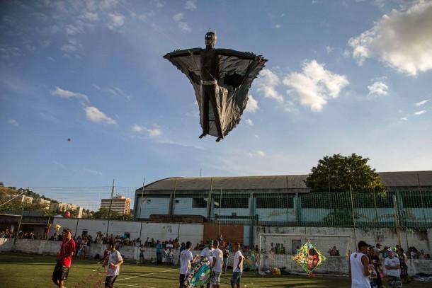 18. August 2014. Batman in Rio de Janeiro? Beim 30. Kite-Flying-Festival in Sao Goncalo schwebt ein menschlicher Drachen in Form des Superhelden in der Luft.