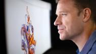 Gregory Bowman, Direktor von Folding@home, blickt auf eine Proteinanimation.